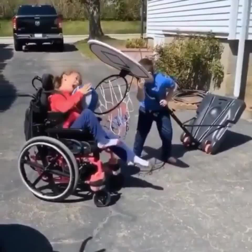 ⁣Brother is helping his sister to make the shot
