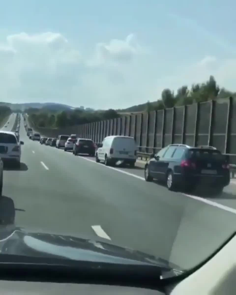 ⁣How ⁣germans react when an emergency vehicle want to pass during heavy traffic