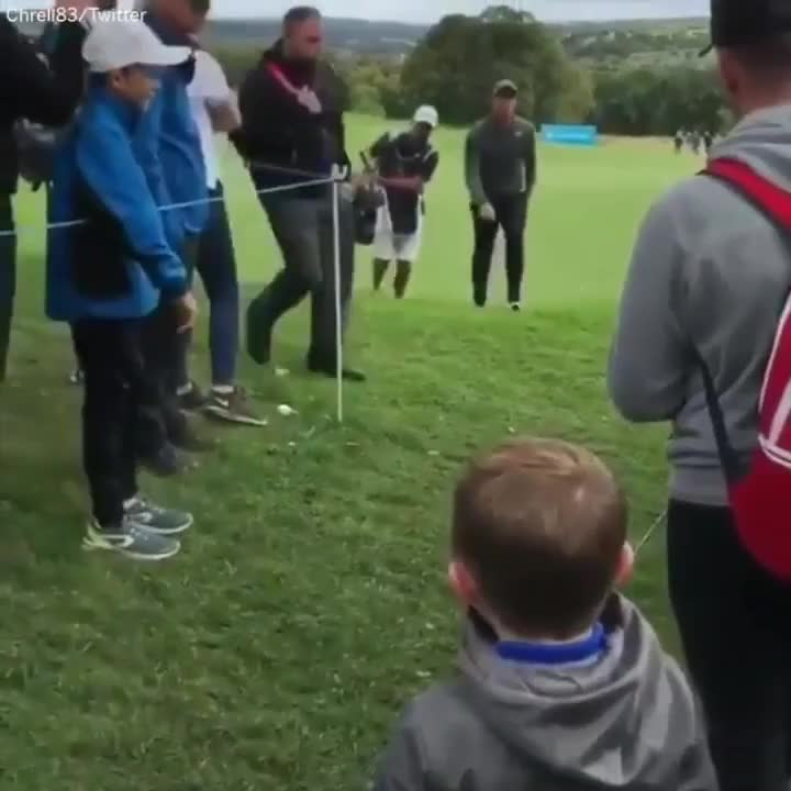 ⁣⁣ Kid just wanted a high-five from his idol ... and then the pure happiness...