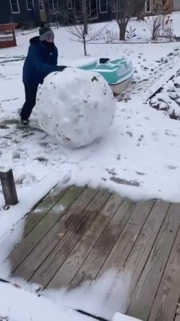 ⁣push ⁣Snowball into water