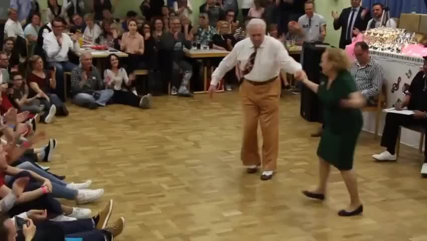 ⁣The way this old couple dance